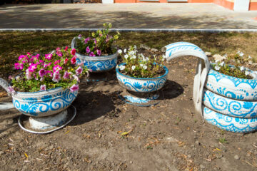Flowerbed in the form of a tea set of old automobile tires