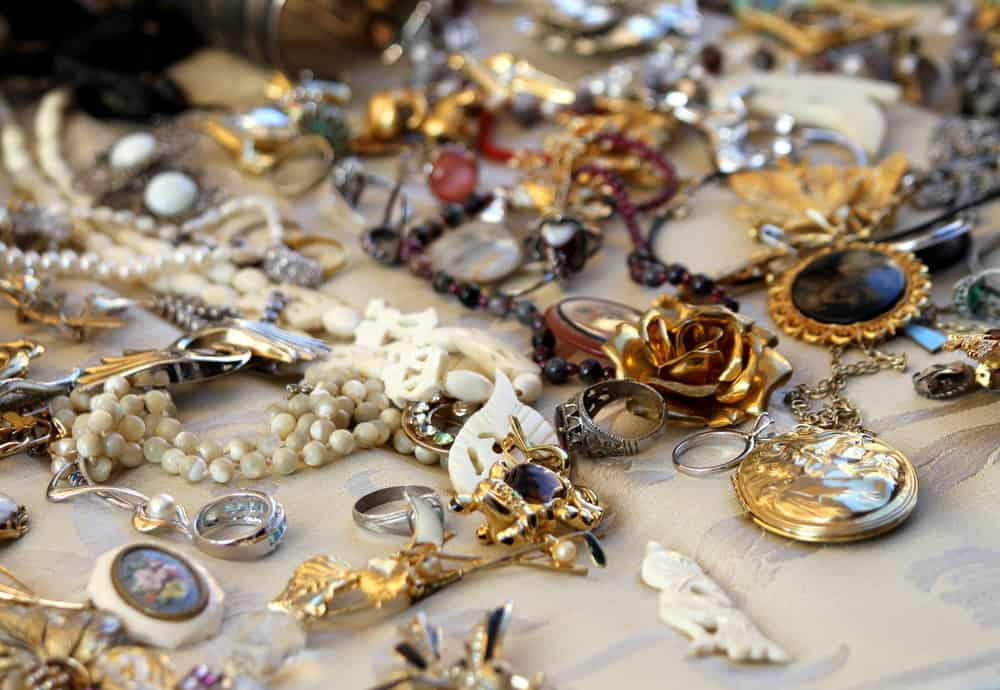 old vintage necklaces and jewelry for sale in the antique shop